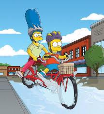 Marge s Bartem na dvojkole skrz louži